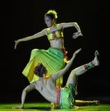 La danza popular nacional de los pares- de sombra-Dai del árbol de plátano Imagen de archivo