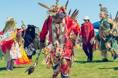 La danza tradicional de los hombres simula a un guerrero que realiza deberes de exploraci?n antes de una batalla Powwow 2019 del  fotografía de archivo