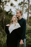 La datazione attraente dei giovani svegli coppia lo sguardo, sorridere e la risata in Forest Jungle tropicale verde denso fotografia stock libera da diritti