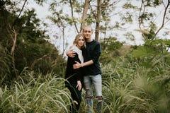 La datazione attraente dei giovani svegli coppia lo sguardo, sorridere e la risata in Forest Jungle tropicale verde denso fotografie stock libere da diritti
