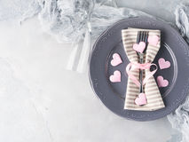 La date romantique de dîner plaque des verres de champagne de coeurs sur le gris Image libre de droits