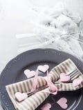 La date romantique de dîner plaque des verres de champagne de coeurs sur le gris Image stock