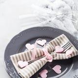 La date romantique de dîner plaque des verres de champagne de coeurs sur le gris Photographie stock