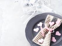 La date romantique de dîner plaque des verres de champagne de coeurs sur le gris Photographie stock libre de droits