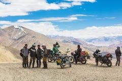 La de Tanglang, la India - 22 de julio de 2014: Un grupo de motoristas toma un bre Fotografía de archivo libre de regalías