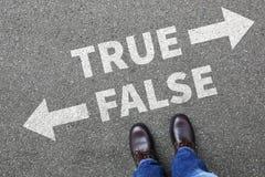 La decisión de mentira de los hechos de la verdad de la falsificación de la mentira verdadera falsa de las noticias decide a comp imagen de archivo