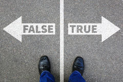 La decisión de mentira de los hechos de la verdad de la falsificación de la mentira verdadera falsa de las noticias decide fotografía de archivo libre de regalías