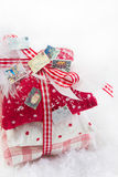 La decoración clásica de la Navidad en blanco y rojo comprobó - la idea para Fotografía de archivo
