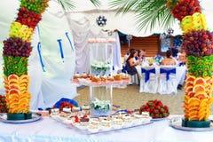 La decoración colorida de la fruta y de la torta en banquete va de fiesta Foto de archivo libre de regalías
