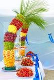 La decoración colorida de la fruta y de la torta en banquete va de fiesta Imágenes de archivo libres de regalías