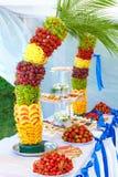 La decoración colorida de la fruta y de la torta en banquete va de fiesta Imagenes de archivo