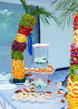La decoración colorida de la fruta y de la torta en banquete va de fiesta Imagen de archivo libre de regalías