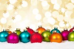 La decoración colorida del fondo de muchas bolas de la Navidad protagoniza la nieve w Imagen de archivo