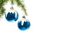 La decoración con el azul del pino o del abeto y de la nieve adorna bolas Imágenes de archivo libres de regalías