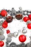 La decoración con el pino o abeto y rojo adorna bolas con el gla dos Fotografía de archivo libre de regalías