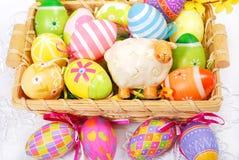 La decoración con pascua pintó los huevos Foto de archivo
