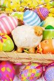 La decoración con pascua pintó los huevos y la estatuilla de las ovejas Imagenes de archivo