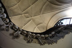 La decoración de cráneos y de huesos humanos en un osario del gótico de la iglesia del cementerio de todos los santos en Kutna-Ho Fotografía de archivo