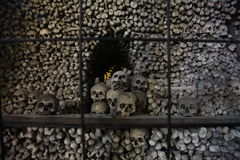 La decoración de cráneos y de huesos humanos en un osario del gótico de la iglesia del cementerio de todos los santos en Kutna-Ho Imagenes de archivo
