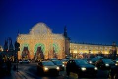 La decoración de la iluminación del Año Nuevo y de la Navidad en Manezhnaya ajusta Imagen de archivo libre de regalías