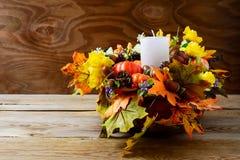 La decoración de la acción de gracias con la caída blanca de la vela y de la seda se va Imágenes de archivo libres de regalías