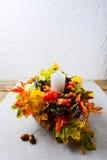 La decoración de la acción de gracias con la caída de seda se va en la servilleta de lino, v Foto de archivo libre de regalías