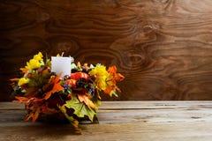 La decoración de la acción de gracias con la seda se va en fondo rústico Imágenes de archivo libres de regalías