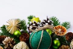 La decoración de la Navidad con guita hecha a mano adornó la chuchería Fotos de archivo