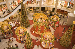 La decoración de la Navidad en el centro comercial del kilolitro Fotos de archivo libres de regalías