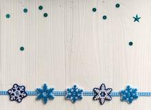 La decoración de la Navidad en un fondo del blanco pintó la boa rústica Fotografía de archivo