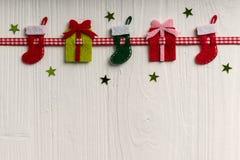 La decoración de la Navidad en un fondo del blanco pintó la boa rústica Foto de archivo libre de regalías