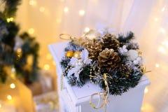 La decoración de la Navidad enciende milagro del fondo Imagen de archivo