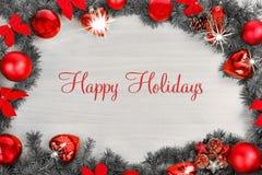 La decoración de la Navidad o del Año Nuevo con el pino y el rojo adorna el bal Fotos de archivo