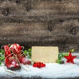 La decoración de la Navidad protagoniza nieve que cae de los zapatos de bebé del vintage Fotografía de archivo libre de regalías
