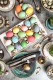 La decoración de la tabla de Pascua coloreada eggs el vintage Foto de archivo libre de regalías