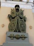 La decoración de las columnas del arco bajo la forma de armadura y armas foto de archivo