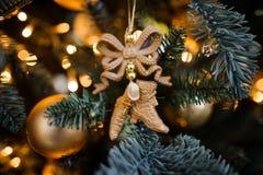 La decoración de los juguetes para el árbol de navidad patina, fondo del Año Nuevo Fotos de archivo