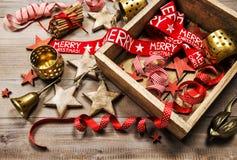 La decoración de la Navidad adorna el vintage de madera del fondo de las velas Imagen de archivo libre de regalías