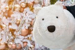 La decoración de la Navidad blanca con las bolas de plata y de oro en abeto ramifica con el oso polar Imagen de archivo