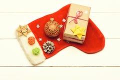 La decoración de la Navidad colorida o del Año Nuevo incluye el regalo con la secuencia color de rosa, arco del amarillo, calcetí imagen de archivo libre de regalías