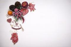 La decoración de la Navidad en el fondo de madera blanco del vintage Plantilla de la tarjeta de felicitación del Año Nuevo Mofa d Fotografía de archivo