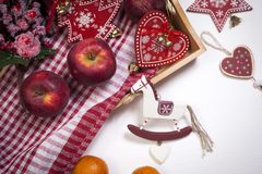 La decoración de la Navidad en el fondo de madera blanco del vintage Plantilla de la tarjeta de felicitación del Año Nuevo Mofa d Imagenes de archivo