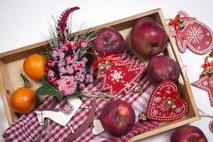 La decoración de la Navidad en el fondo de madera blanco del vintage Plantilla de la tarjeta de felicitación del Año Nuevo Mofa d Foto de archivo libre de regalías