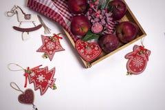 La decoración de la Navidad en el fondo de madera blanco del vintage Plantilla de la tarjeta de felicitación del Año Nuevo Mofa d Imágenes de archivo libres de regalías