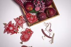 La decoración de la Navidad en el fondo de madera blanco del vintage Plantilla de la tarjeta de felicitación del Año Nuevo Mofa d Fotos de archivo libres de regalías