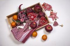 La decoración de la Navidad en el fondo de madera blanco del vintage Plantilla de la tarjeta de felicitación del Año Nuevo Mofa d Imagen de archivo