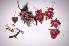 La decoración de la Navidad en el fondo de madera blanco del vintage Plantilla de la tarjeta de felicitación del Año Nuevo Mofa d Fotos de archivo