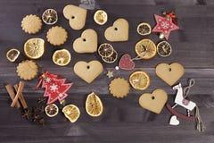 La decoración de la Navidad en el fondo de madera del vintage Plantilla de la tarjeta de felicitación del Año Nuevo Mofa del día  Fotos de archivo
