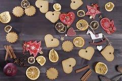 La decoración de la Navidad en el fondo de madera del vintage Plantilla de la tarjeta de felicitación del Año Nuevo Mofa del día  Imágenes de archivo libres de regalías