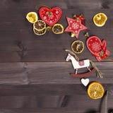 La decoración de la Navidad en el fondo de madera del vintage Plantilla de la tarjeta de felicitación del Año Nuevo Mofa del día  Fotografía de archivo libre de regalías